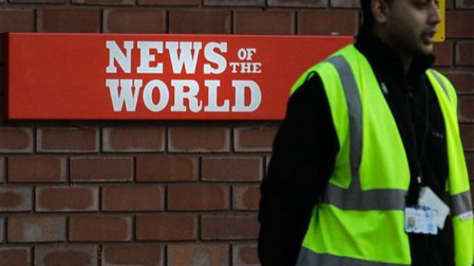 Petugas keamanan berjaga di depan kantor News of the World