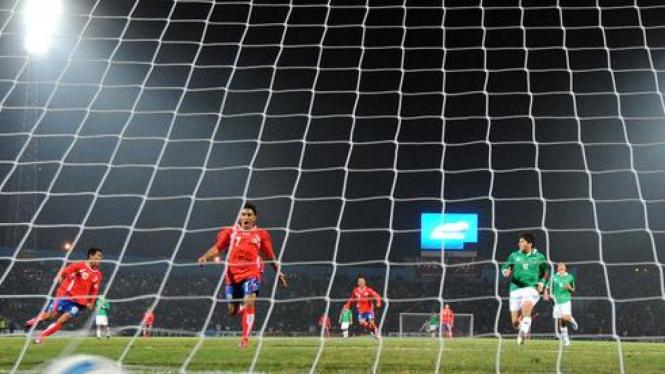 Joel Campbell (dua dari kanan) merayakan gol