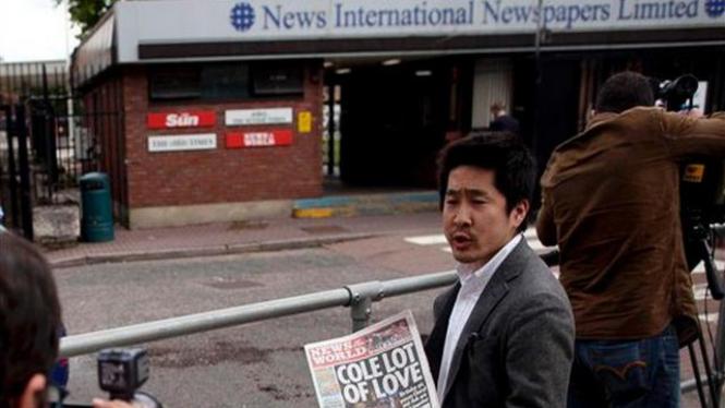 Wartawan Jepang memegang tabloid News of the World