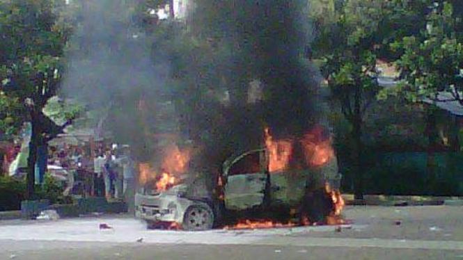 Mobil Daihatsu Xenia dibakar massa