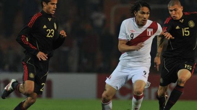 Pemain Peru, Paolo Guerrero (tengah)