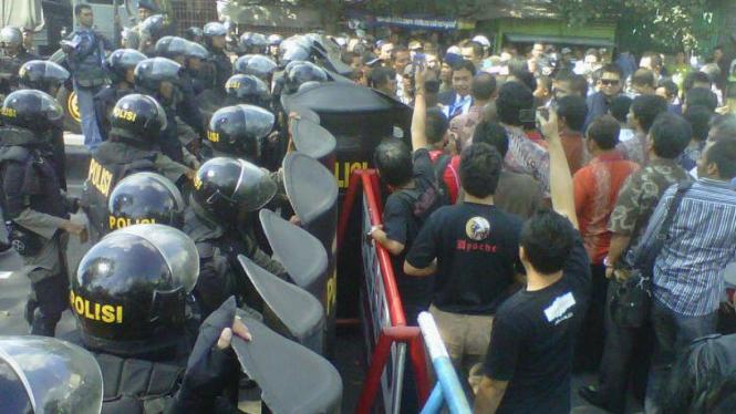 Kelompok 78 Berdesakan dengan Polisi