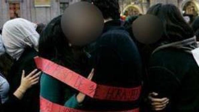 Aksi protes dengan ciuman