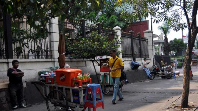 Pedagang kaki lima berjualan di suatu trotoar di Jakarta Pusat.