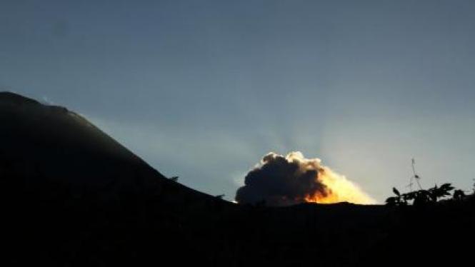 Gunung Lokon, Sulawesi Utara, meletus