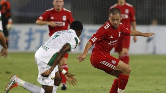 Pemain Liverpool Joe Cole (merah) dalam kunjungan ke China