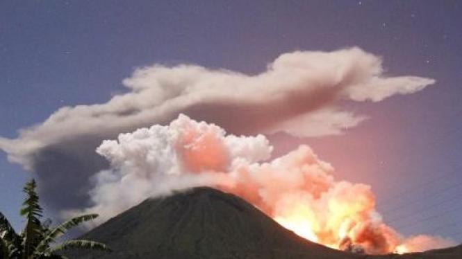Gunung Lokon di Tomohon menyemburkan lava pijar