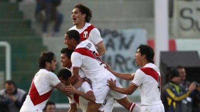 Pemain Peru merayakan gol di Copa America 2011
