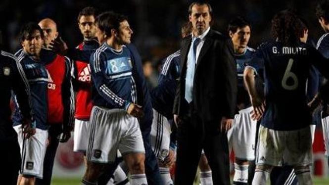 Sergio Batista (pakai jas) usai kekalahan Argentina di Copa America 2011
