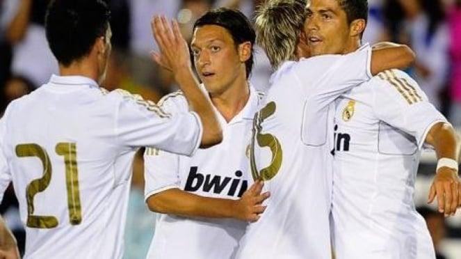 Cristiano Ronaldo (kanan) dan Mesut Oezil (tengah) merayakan gol Real Madrid