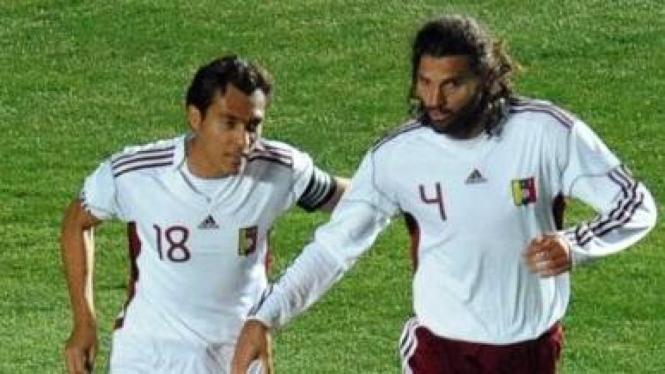 Pemain Venezuela Oswaldo Vizcarrondo (kanan)