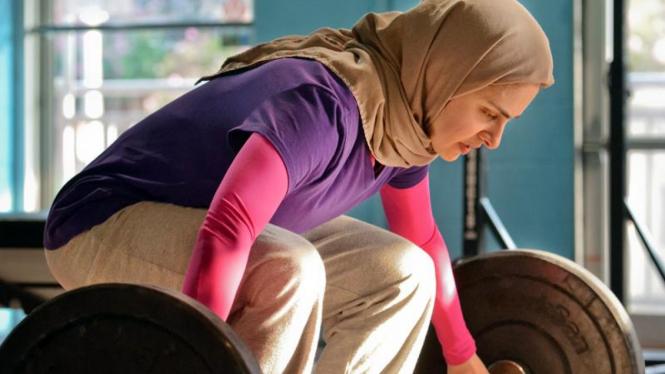 Kulsoom Abdullah Atlet Angkat Besi Berjilbab