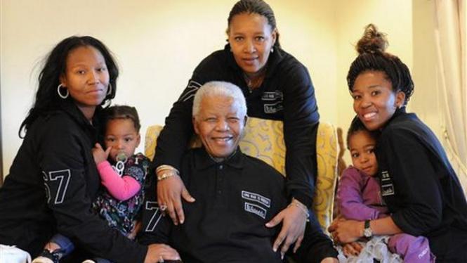 Nelson Mandela bersama anak dan cucu