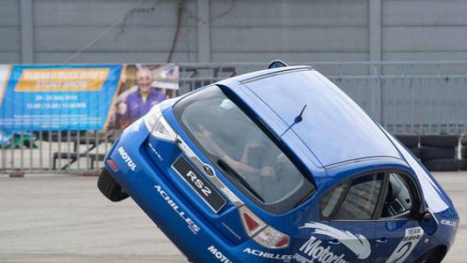 Atraksi mobil miring atau stunt Subaru