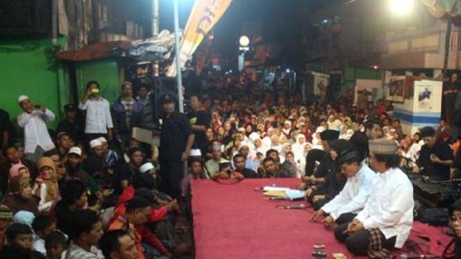 Emha Ainun Najib ceramah di Gang Dolly, Surabaya.