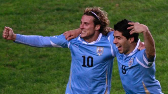 Luis Suarez (kanan) dan Diego Forlan