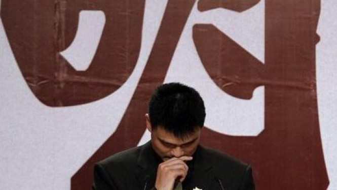 Pebasket China Yao Ming menangis ketika mengumumkan pensiun