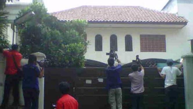 Wartawan di rumah Anas Urbaningrum