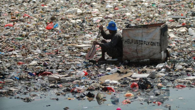 Lautan Sampah Di Muara Kali Sentiong