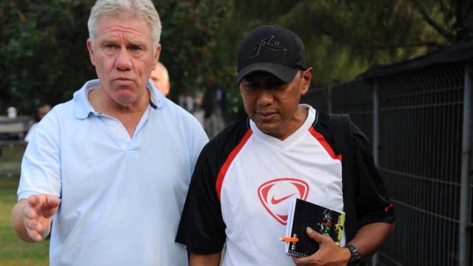 Pelatih Wim Rijsbergen dan asisten pelatih Rahmad Darmawan
