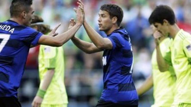 Pemain MU Michael Owen (tengah) dan Kiko Macheda melawan Sounders FC