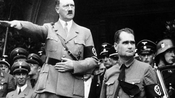 Rudolf Hess (kanan) bersama Adolf Hitler pada 1938