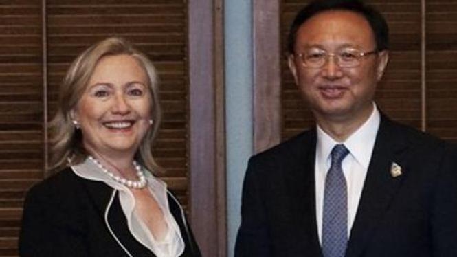 Menlu AS, Hillary Clinton, dan Menlu China, Yang Jiechi.