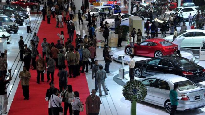 Pengunjung dan Mobil-mobil di IIMS 2011