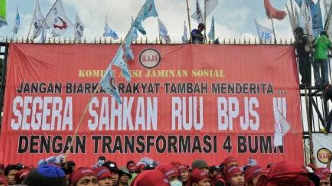 Demonstrasi tuntut RUU Badan Penyelenggara Jaminan Sosial (BPJS) disahkan