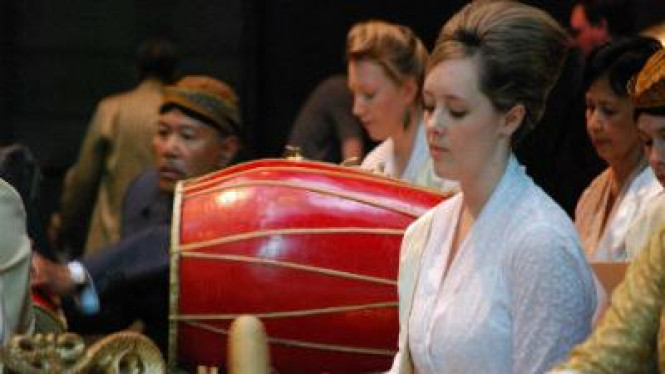 Bule mempelajari budaya Indonesia