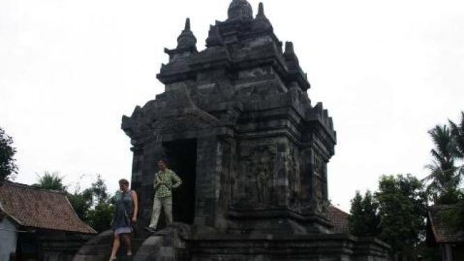 Turis menuruni tangga Candi Pawon, Magelang