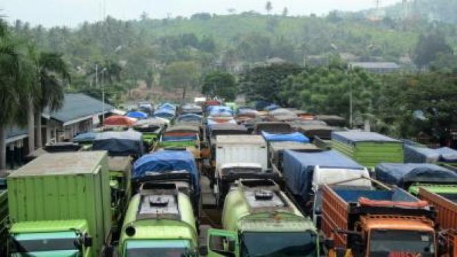 Ratusan truk menumpuk di Pelabuhan Bakauheni, Lampung