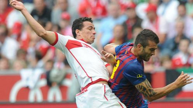 Pinto (kanan) melewati pemain Internacional