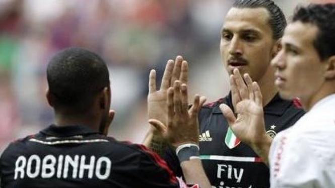 Pemain AC Milan Zlatan Ibrahimovic dan Robinho (hitam) di Audi Cup 2011