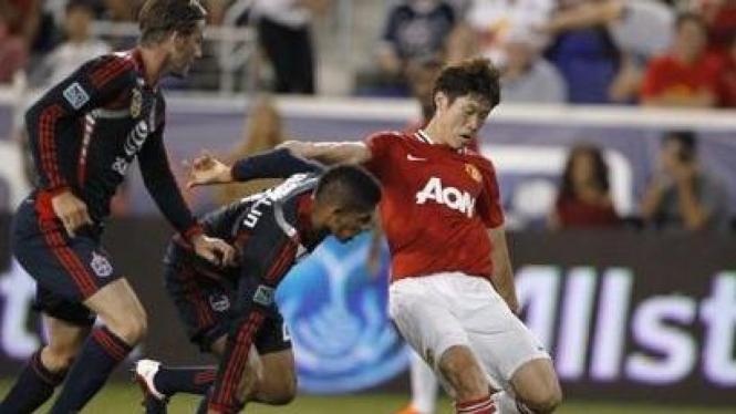 Park Ji Sung (merah) diapit pemain MLS All-Stars