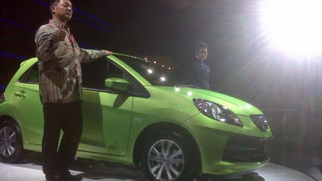 Presiden Direktur PT Honda Prospect Motor  Tomoki Uchida bersama Honda Brio