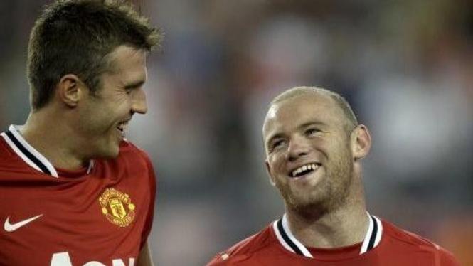 Michael Carrick (kiri) dan Wayne Rooney
