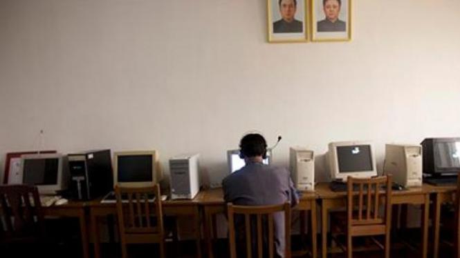 Pelajar di Korut menggunakan komputer.