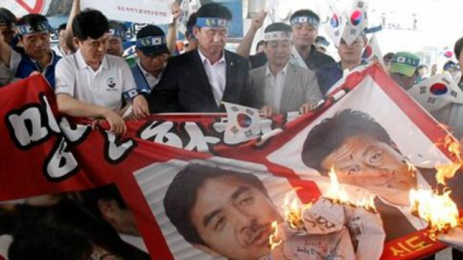 Demonstran di Korsel membakar foto tiga anggota DPR Jepang.