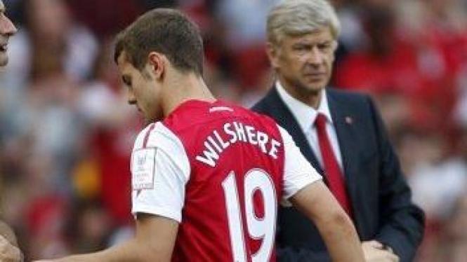 Jack Wilshere (merah) dan manajer Arsenal Arsene Wenger