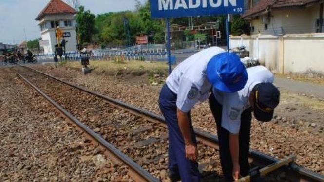Perawatan rel di Stasiun Kereta Api Madiun