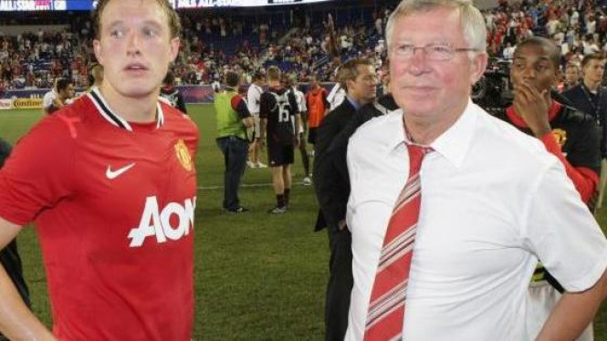 Phil Jones (kiri) dan Sir Alex Ferguson