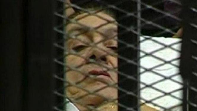 Hosni Mubarak saat hadir di pengadilan Kairo, 3 Agustus 2011