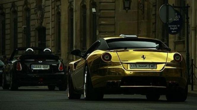 Ferrari 599 GTB Fiorano berlapis emas