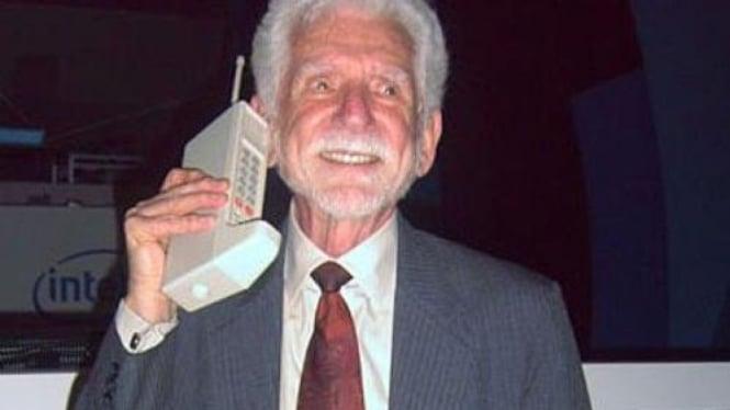Martin Cooper menjadi orang pertama yang menggunakan ponsel pertama, DynaTAC