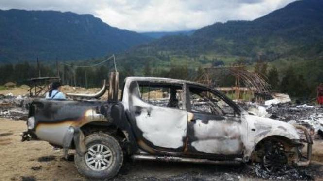 Mobil yang dibakar massa di Ilaga, Puncak, Papua