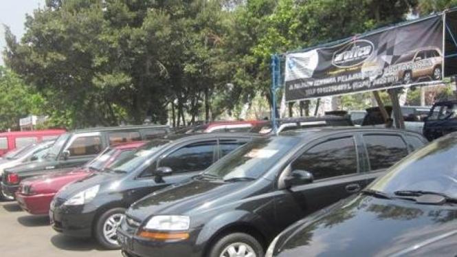 Pasar mobil bekas di halaman TVRI Yogyakarta