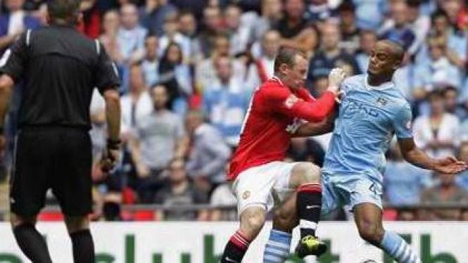 Wayne Rooney (merah) dan pemain Man City Vincent Kompany