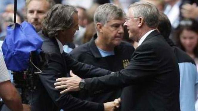 Roberto Mancini (kiri) dan manajer MU Sir Alex Ferguson