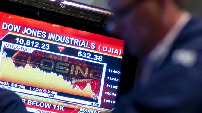 Pialang saham bekerja di bursa New York Stock Exchange